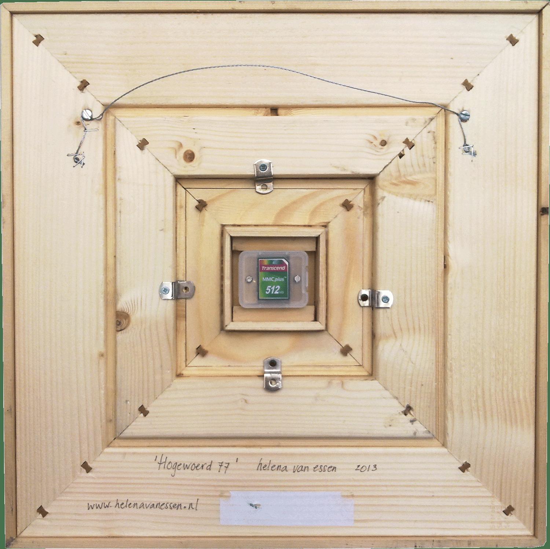 Achterkant van het samengestelde paneel Hogewoerd 77. Op de memorycard staan alle digitale bestanden van die gebruikt zijn voor dit werk.