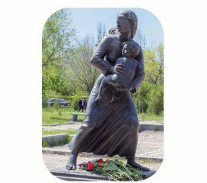 'Moeder rijst op uit de as', gedenkmonument Armeense genocide 1915. Armenië-Yerevan. Onderdeel Toren van Babel, Kunstinstallatie ©Helena van Essen