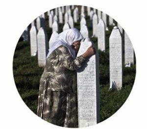 Srebrenica-Potočari herinneringscentrum gedenkt slachtoffers genocide 1995. Bosnië | Herzegovina. Onderdeel Toren van Babel, Kunstinstallatie ©Helena van Essen