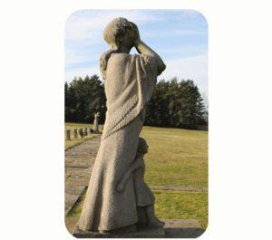 'Huilende vrouw', gedenkt massamoord Lidice. 1942. wo-II. Tsjechië, Midden-Bohemen, Lidice. Onderdeel Toren van Babel, Kunstinstallatie ©Helena van Essen