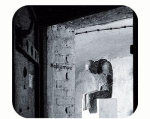 'Slachtoffer' gedenkt Gestapo -martelingen, voor transport naar kampen. wo-II. Duitsland, Düsseldorf. Onderdeel Toren van Babel, Kunstinstallatie ©Helena van Essen