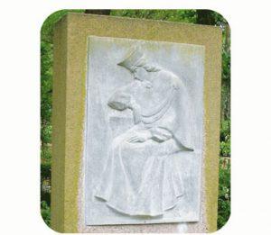 """'Ter herinnering aan de onbekende strijders die zijn gesneuveld in de strijd 1914 – 1920"""", Letland-Dobele. Onderdeel Toren van Babel, Kunstinstallatie ©Helena van Essen"""