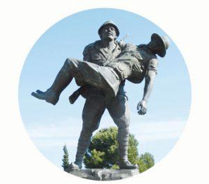 'Respect voor de Tommy', monument Turkse soldaat helpt Australische officier, 1915. Turkije, Gallipoli. Onderdeel Toren van Babel, Kunstinstallatie ©Helena van Essen