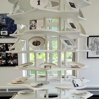 10 tafels gedenken oorlog in Europa. Per tafel 6 borden met monumenten, op de 7e de afwezige | kunstinstallatie Toren van Babel |Helena van Essen©